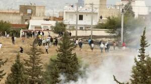الشرطة تستخدم قنابل الغاز لتفريق متظاهرين إسلاميين