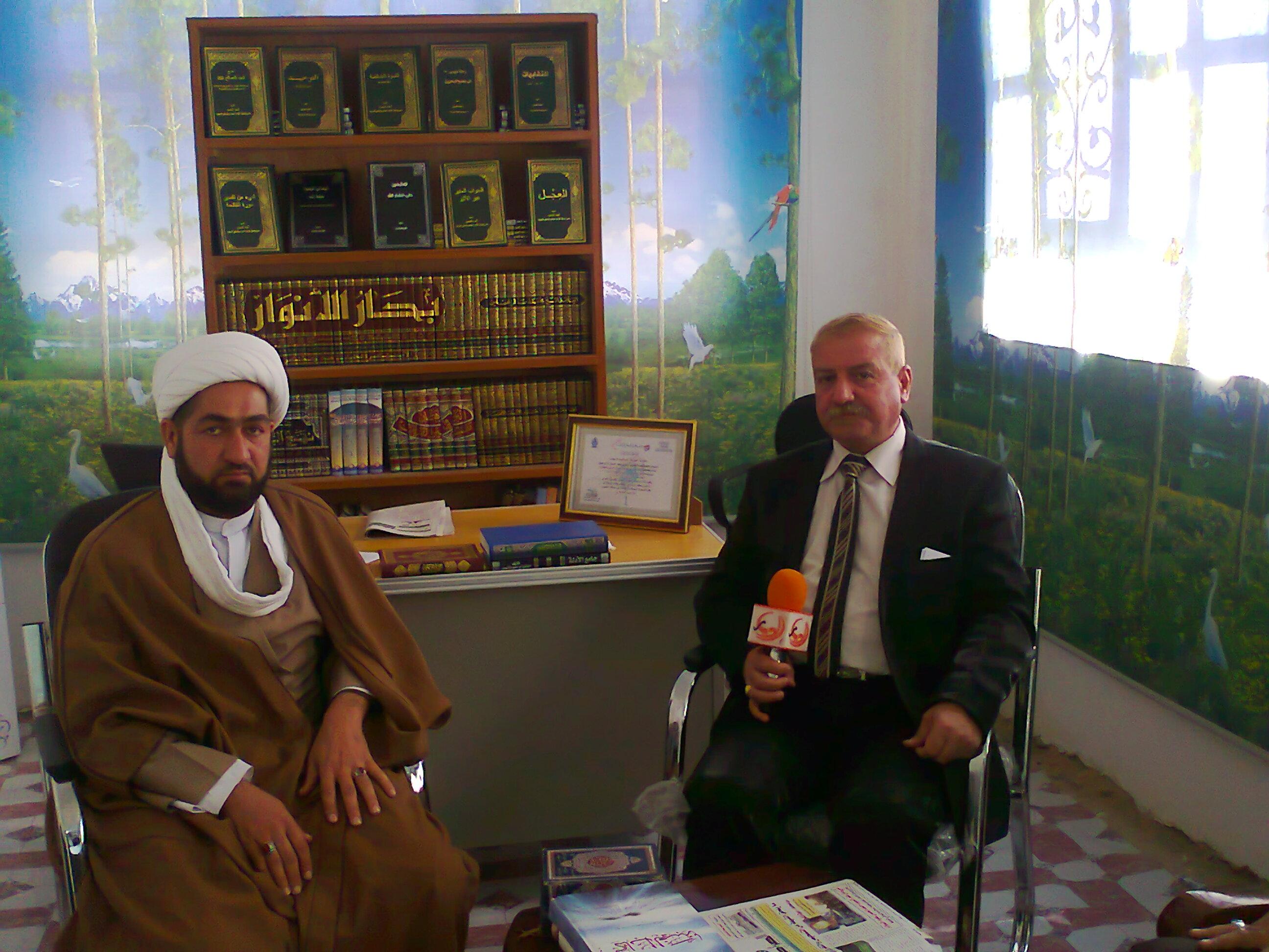 الأستاذ فلاح العزاوي يجري لقاءاً مع الشيخ عارف الحلي مدير مكتب صحيفة الصراط المستقيم /فرع الحلة