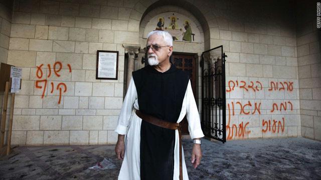 مستوطنون يحرقون بوابة دير قرب القدس