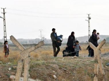 سوريون نزحوا من رأس العين بعد قصف قوات النظام المدينة (الفرنسية)
