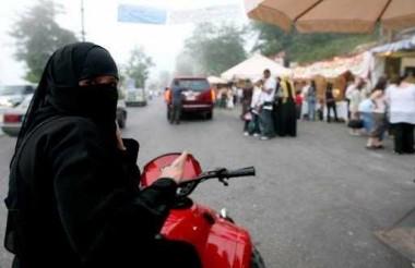 الأمر بالمعروف تسمح للمرأة السعودية بقيادة الدراجة الهوائية