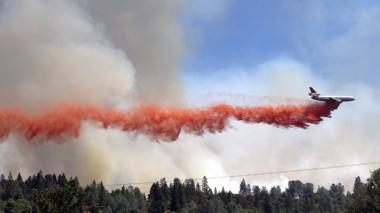 استعين بالطائرات في جهود اطفاء الحريق