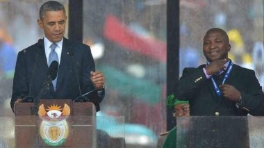 """المترجم المزيف للغة الإشارة في مراسم تأبين """"مانديلا"""" يدعي أنه يعاني من """"انفصام الشخصية"""""""