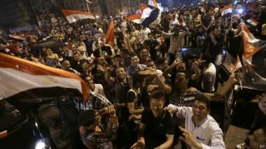 أنصار السيسي رفعوا الأعلام وأطلقوا أبواق السيارات احتفالا بفوزه.