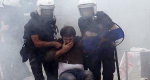 استخدمت الشرطة في العاصمة انقره الغاز المسيل للدموع وخراطيم المياه لتفريق 800 محتجا تقريبا