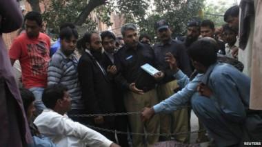 التقارير تتحدث عن رجم الفتاة الباكستانية أمام رجال الشرطة.
