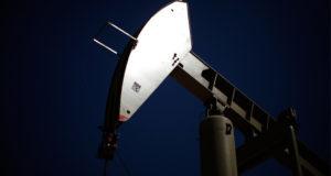 انتعاش نسبي في أسعار النفط مدعومة بهبوط حاد في مخزونات البنزين