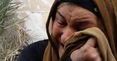 سيدة مسنة تبكي
