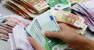 اليورو يتراجع بفعل مخاوف بشأن اليونان