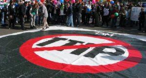 """أوروبيون يتظاهرون احتجاجا على اتفاقية """"الشراكة التجارية والاستثمارية عبر المحيط الأطلسي"""""""