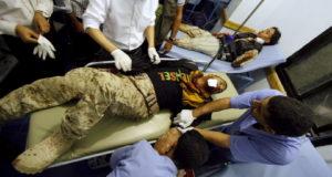 أطباء يسعفون جريحا في مدينة تعز - اليمن