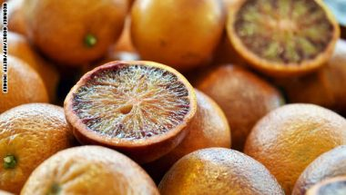 يؤدي تناول الفاكهة الحمضية الطازجة مثل التفاح والبرتقال والليمون والغريب فروت إلى ترطيب الجسم ومده بالعناصر الغذائية المختلفة.