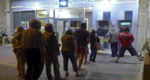 يونانيون في طابور أمام أجهزة الصرافة لسحب مدخراتهم بعد تعثر المفاوضات بين أثنيا ومقرضيها
