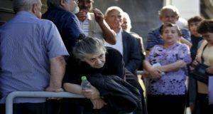 متقاعدون يصطفون خارج أحد فروع البنك الوطني اليوناني على أمل الحصول على معاشاتهم التقاعدية
