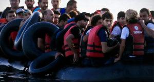 مهاجرون على متن مركب مطاطي يعبرون بحر إيجة إلى الجزر اليونانية قادمين من تركيا في ظروف خطرة