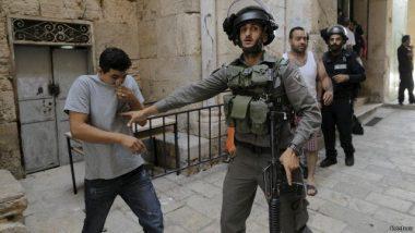 جندي إسرائيلي يمنع فلسطينيا من دخول المنطقة التي يقع فيها المسجد الأقصى.