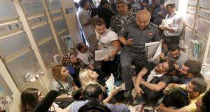 مجتجون يجلسون على الأرض في مقر وزارة البيئة في وسط بيروت لبنان 1 سبتمبر/أيلول 2015