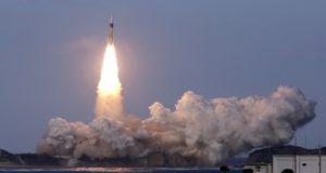 صاروخ فضائي ينطلق من منصة الإطلاق في مركز تانيغاشيما الفضائي في جزيرة جنوب اليابان 24 نوفمبر 2015