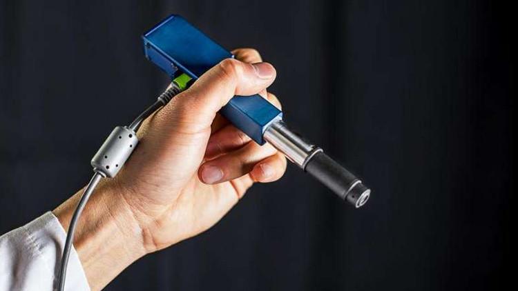 مجهر بشكل قلم يشخص الخلايا السرطانية في غرفة العمليات