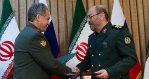 وزيرا الدفاع الإيراني حسين دهقان والروسي سيرغي شويغو - أرشيف
