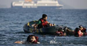 مهاجرون سوريون في قارب مطاطي قرب السواحل اليونانية - أرشيف