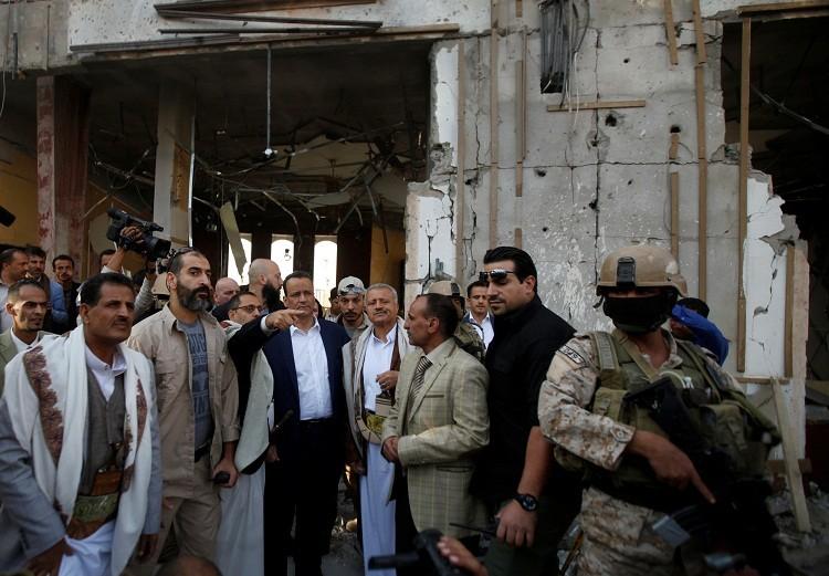 """ولد الشيخ يتفقد موقع """"مجلس العزاء"""" الذي قصفته مقاتلات التحالف العربي"""