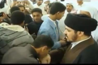 هل يجوز تقبيل أيدي علماء الدين !؟