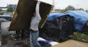 """الحكومة تقول إن إجلاء المهاجرين ضروري بعد انتشار مرض """"الجرب"""" في المخيم."""