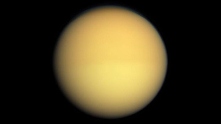 صورة علماء الفلك يكتشفون بقعا غازية مضيئة بالقرب من قطبي تيتان