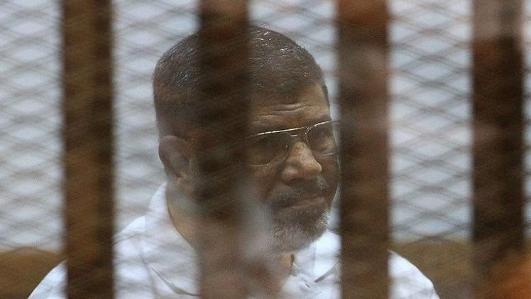 صورة مرسي خلال محاكمته: ما قام به السيسي هو انقلاب