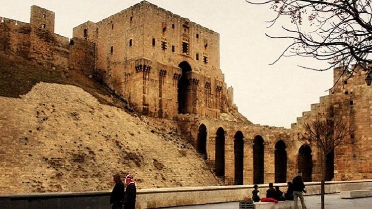 صورة تضرر جزء من قلعة حلب التاريخية جراء تفجير إرهابي