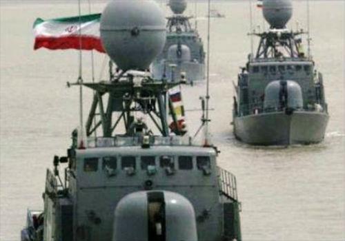 صورة طلقات تحذيرية من سفينة حربية أميركية على زوارق للحرس الثوري الايراني كانت تقترب منها بسرعة فائقة في منطقة مضيق هرمز