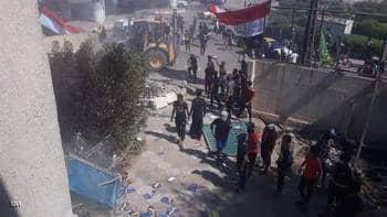 صورة بالجرافات.. هدم مقار أحزاب موالية لإيران في العراق