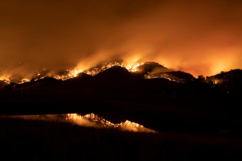 صورة الصواعق تشعل مئات الحرائق في أنحاء كاليفورنيا وفرار عشرات الآلاف